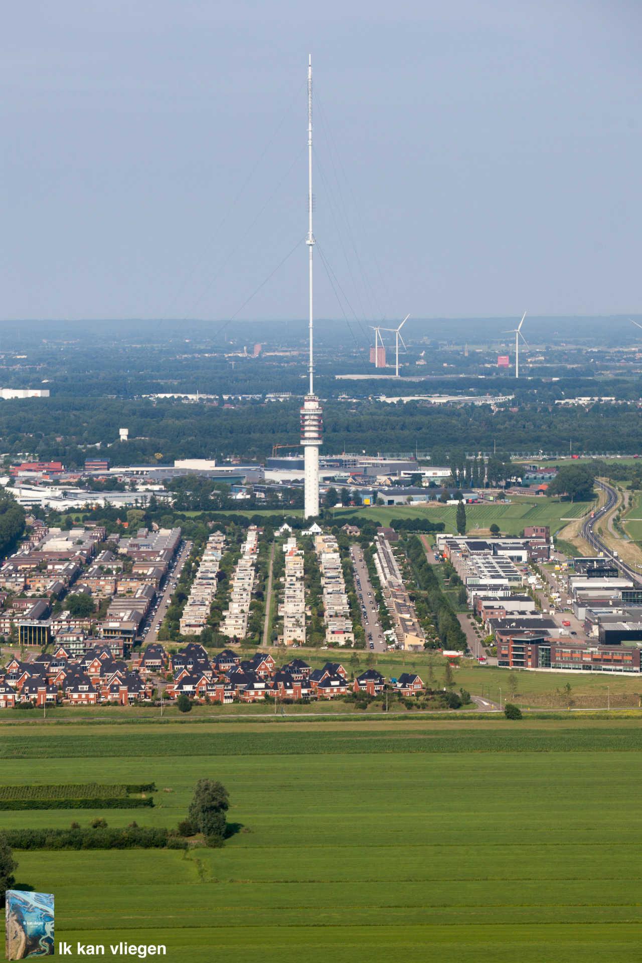 Luchtfoto IJsselstein met zendmast Gerbrandytoren en Zenderpark