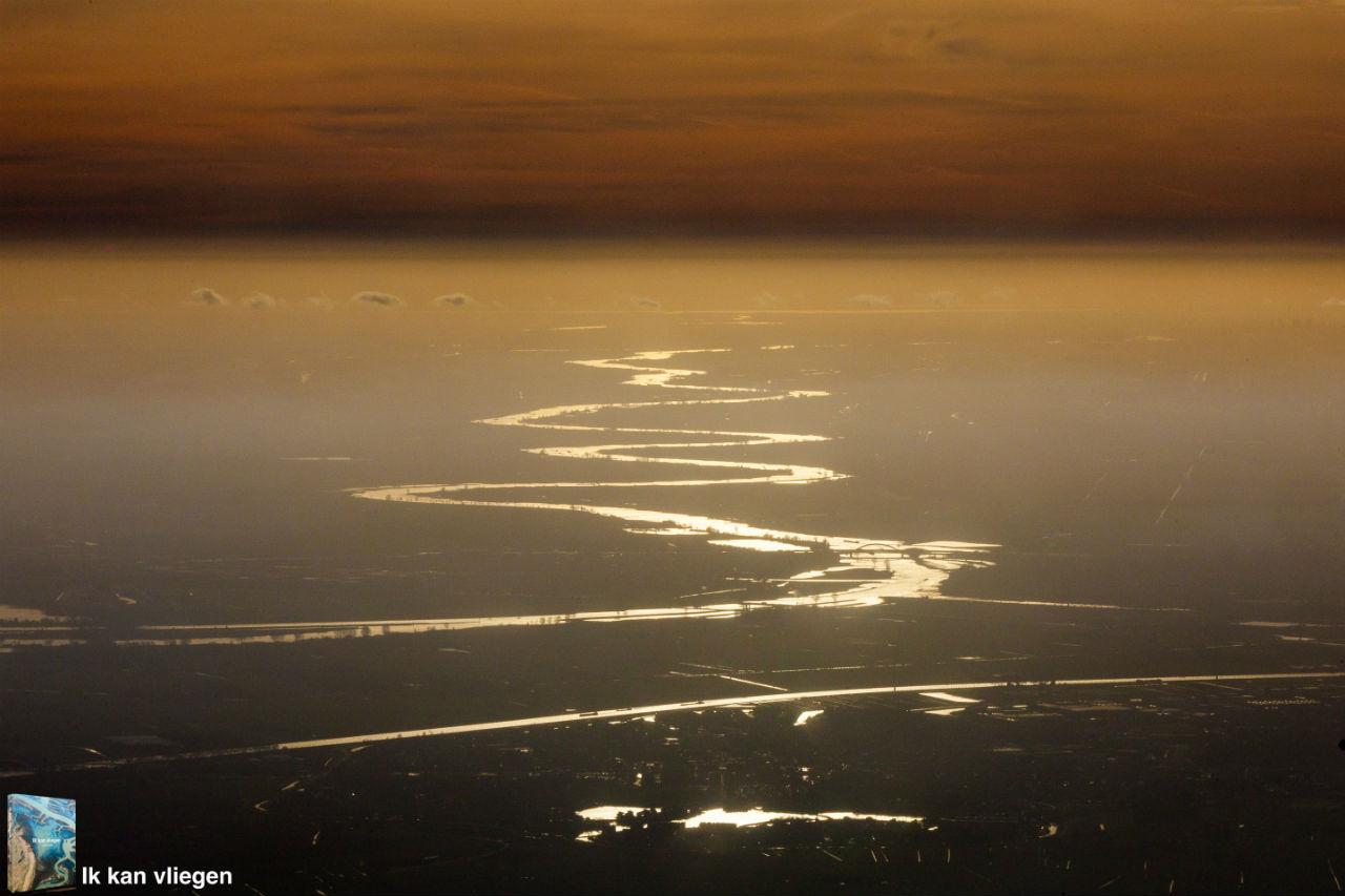 Luchtfoto rivier de Lek met links de Lopikerwaard en IJsselstein