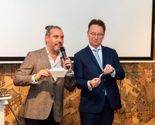 Burgemeester Patrick van Domburg trekt de winnaar uit het publiek rondleiding zendmast De Gebrandytoren