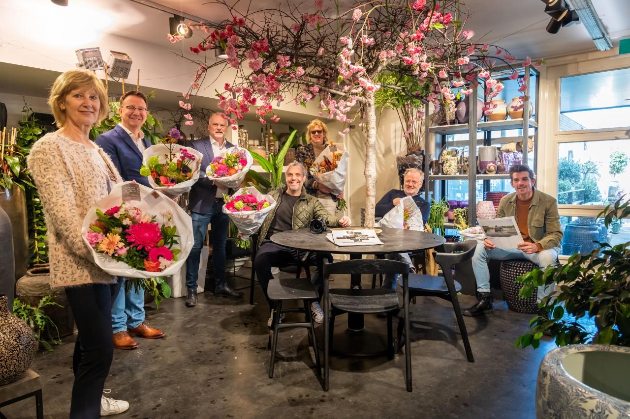 Bernadet de Prins, burgemeester Patrick van Domburg, hoofdsponsor Hendrik-Jan van Oostrum, Martin Planken, Bert Murk, Bart Rietveld en Mark van der Zouw. Marieke Gaymans ontbreekt op de foto.