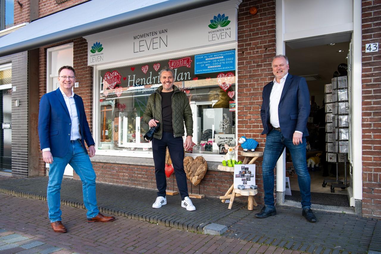Juryvoorzitter en burgemeester Patrick van Domburg, organisator Martin Planken en Hendrik-Jan van Oostrum, eigenaar cadeauwinkel Momenten van Leven. Foto Edward Osendarp